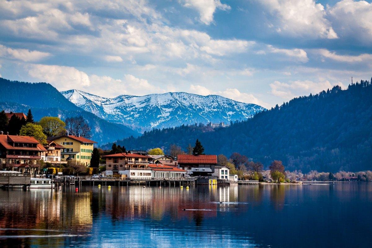 Tegernsee mit Bergen im Hintergrund