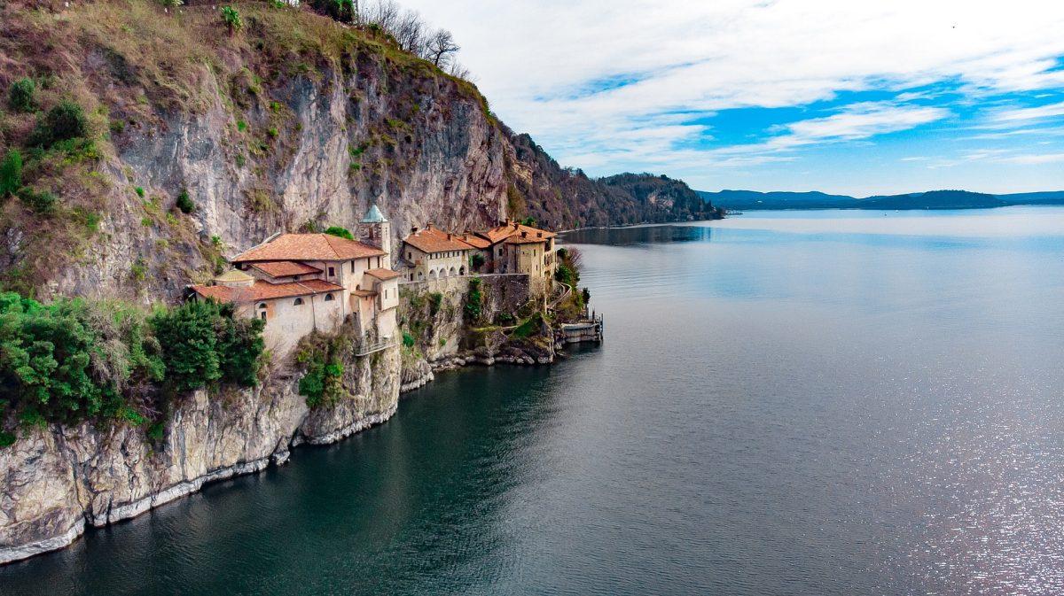 Felsenwand im Lago Maggiore